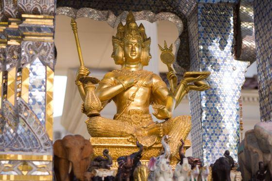 Статуя в храме Бог Брахма позолота