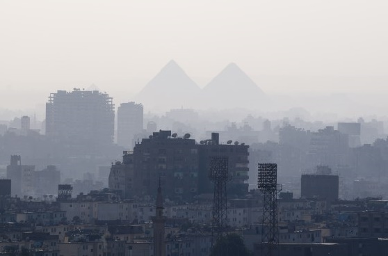 Город Каир и вид на пирамиды и плато Гиза.