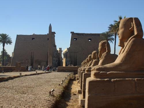 Луксорский храм - на правом берегу Нила.