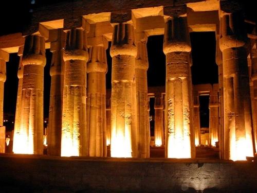 Луксорский храм фотография ночью.