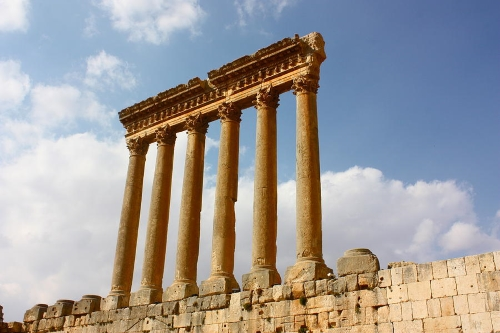Храм Юпитера в Баальбеке - развалины.