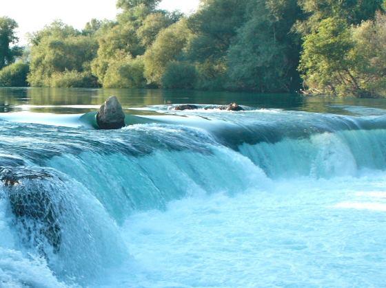 Еще одно фото водопада, крупным планом камни.