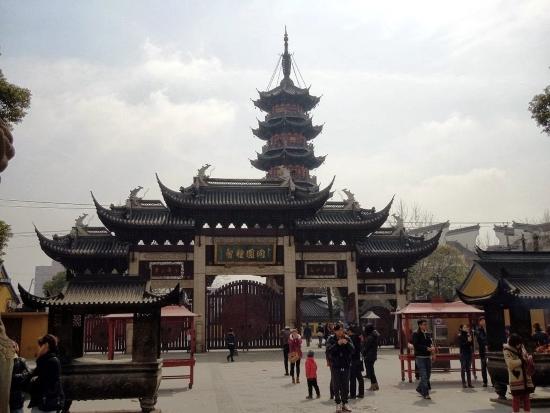 Лунхуасы - самый известный буддийский храм Шанхая.
