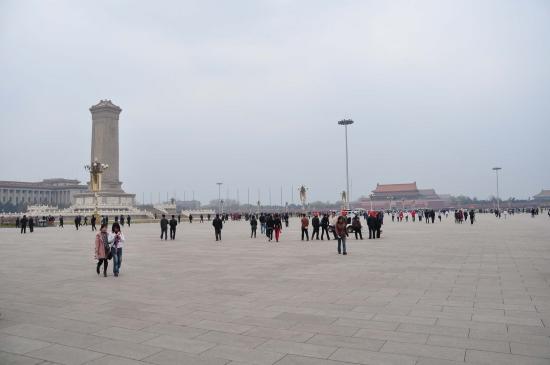 Площадь Тяньаньмэнь - обширная площадь.