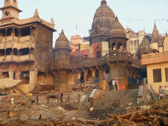 В этом Гхате проводится кремации умерших — на берегу Ганги, священной реки индусов.
