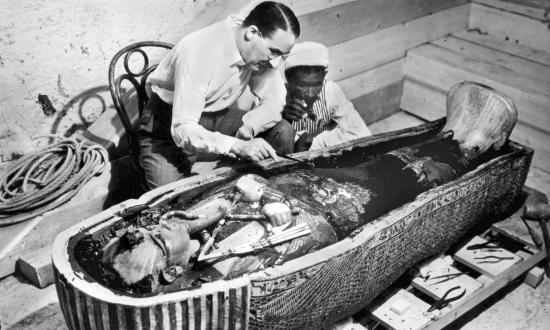 Картер изучение мумии Тутанхамона.
