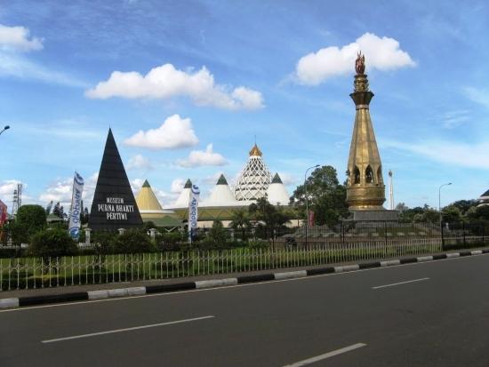 Этнографический парк «Прекрасная Индонезия в миниатюре». Панорама парк.