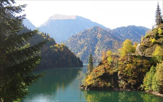 Озеро Рица живописное место в Абхазии
