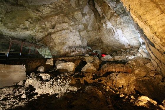 Новоафонская пещера находится рядом с монастырем.
