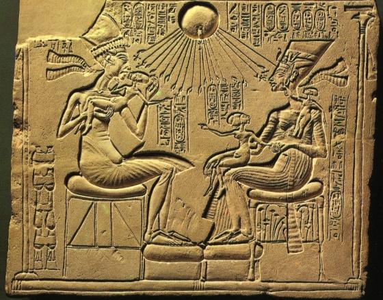 Фараон Эхнатон и его супруга Нефертити.