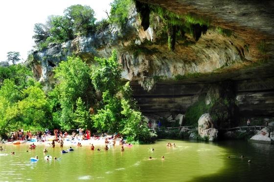 интересные места для путешествий в мире - это озеро Гамильтон Пул находится в штате Техас.