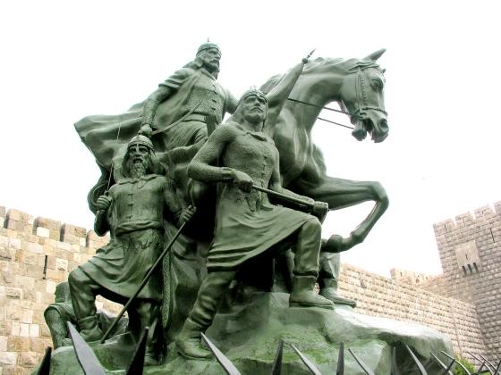 Памятник Саладину в Сирии.