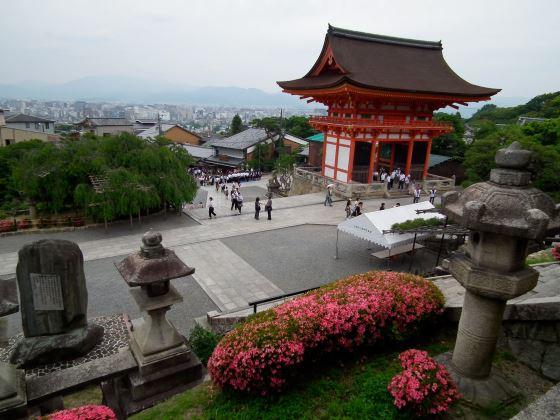 Киёмидзу-дэра общий вид сада и площади храма.