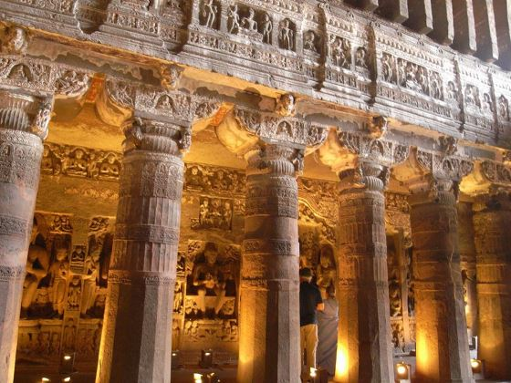 Колонны одного из храмов Аджанты.