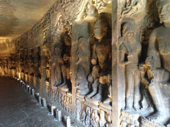 Один из храмов Аджанты - фото внутри храма.
