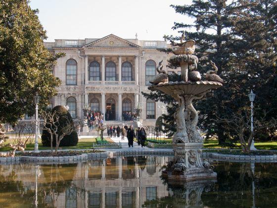 Дворец Долмабахче вид с фонтана на фасад - Памятники и архитектура Турции.