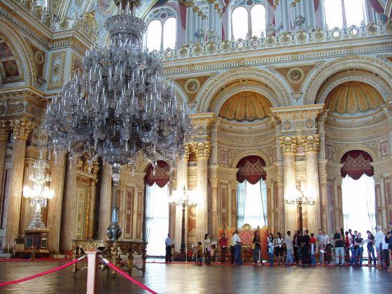 Дворец Долмабахче главный зал, вид люстру.