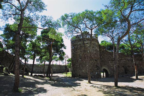 Замок Кадифекале крепостная стена.