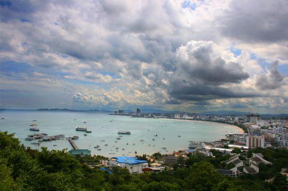 Пляжи паттайи и панорама города.
