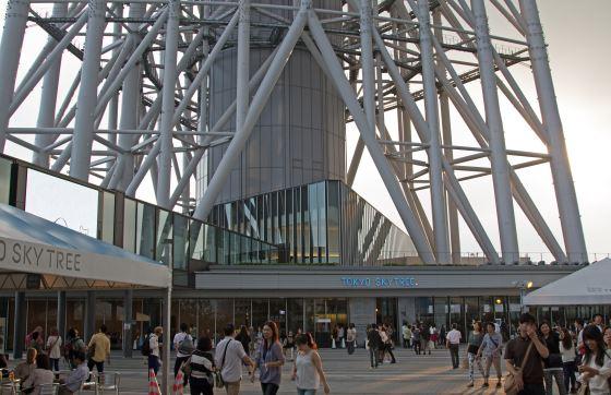 Токио Скай три фото у подножия башни.