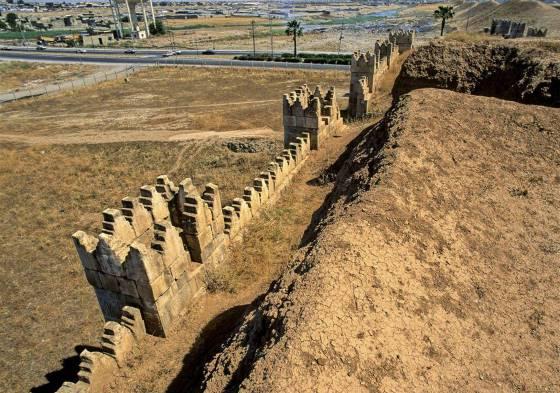 Ниневия и ее крепостная стена тянется на километры.