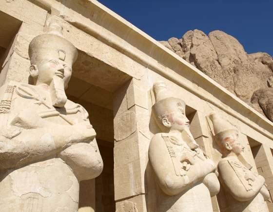 Бог Египта Осирис и статуи в храме.