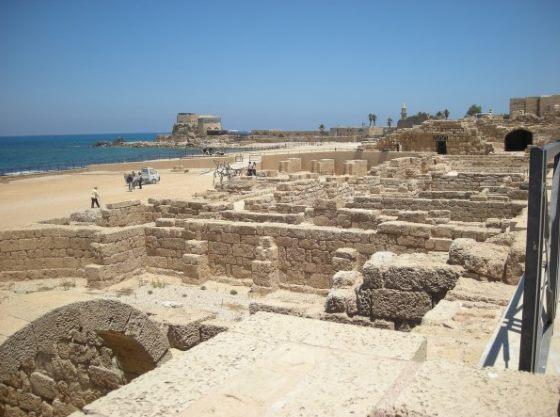 Раскопки в Кесарии вид на старый город.