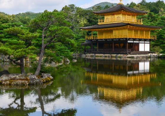 Храм Кинкаку-дзи в городе Киото.