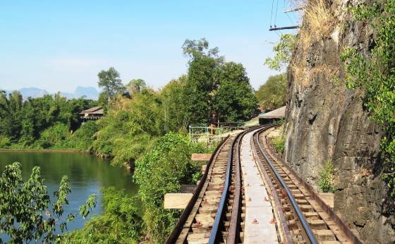 Железная дорога Канчанабури около моста.