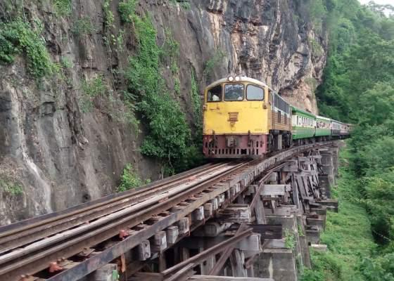Экскурсионный поезд на реке Квай горол Канчанабури.