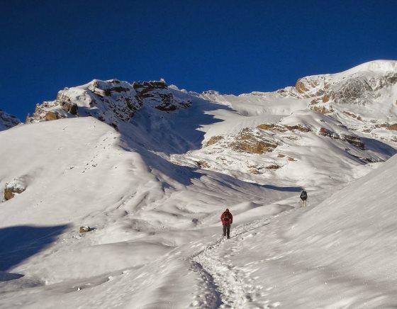 Горы Непала неподалеку от лагеря фото туриста.
