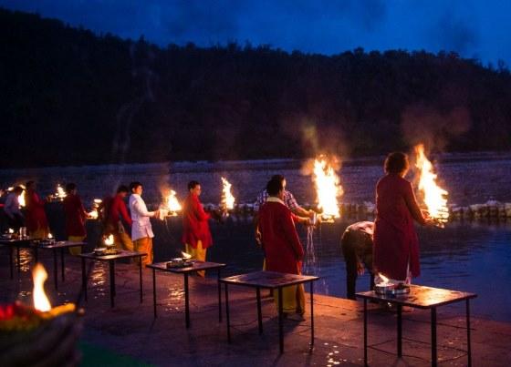 Ритуал Аарти в городе Ришикаше.