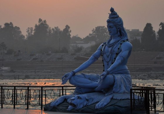 Статуя Шивы в городе Ришикеше у берега Ганга.