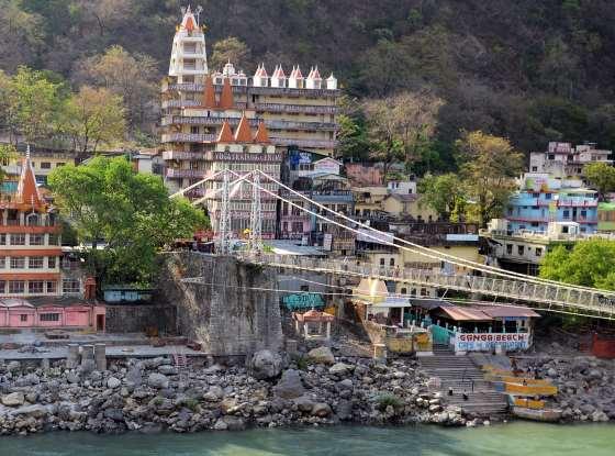 Мост через Ганг разделяет Ришикеш.