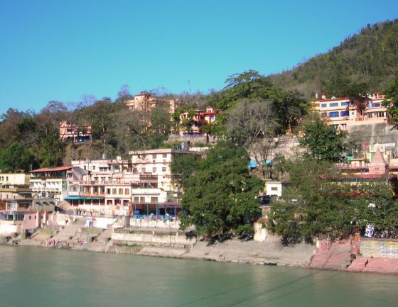 Вид на другой берег Ришикеша с реки Ганг.