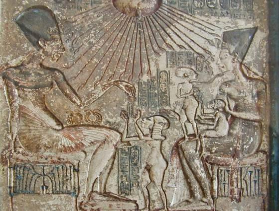 Эхнатон и Нефертити с детьми фреска.