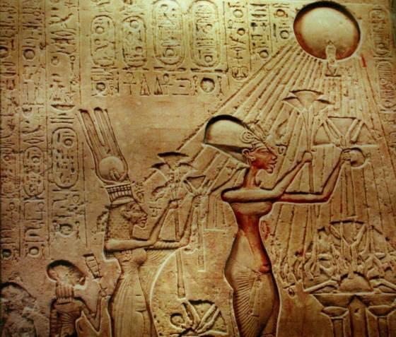 Фараон Эхнатон и его семье совершают подношения богу Атону - Реформа Эхнатона.