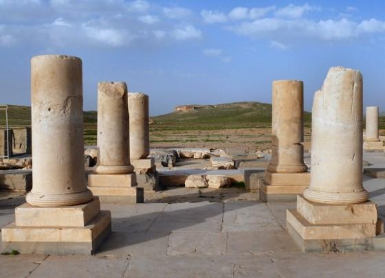 Дворец Пасаргады или дворец Кира.