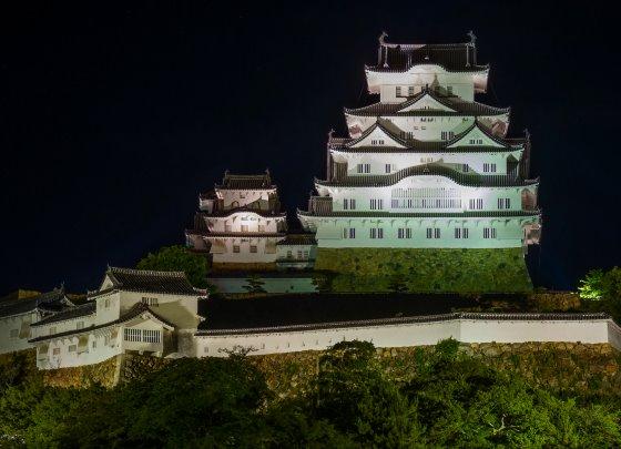 Замок Химэдзи в ночное время.