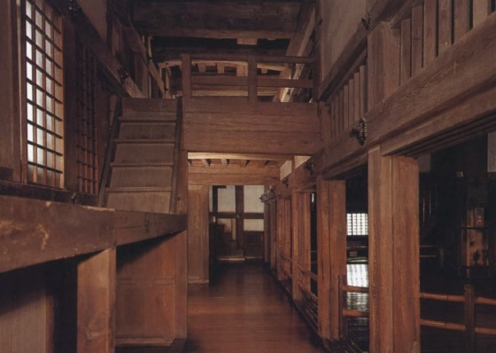 Интерьер замка Химэдзи из дерева.