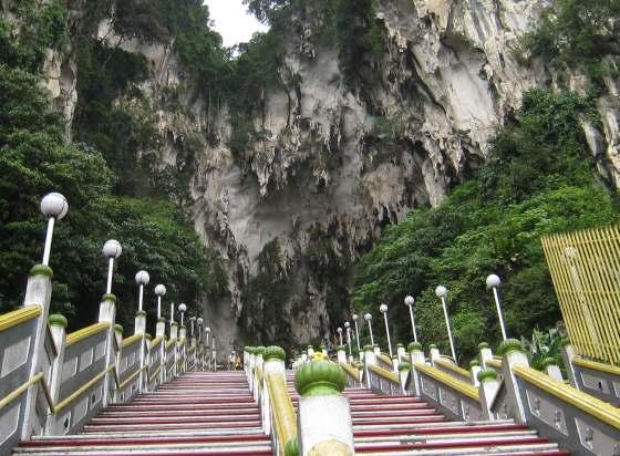 Лестница в пещеры Бату сразу за статуей Муругана.