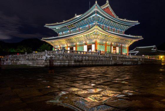 Кёнбоккун дворец в ночное время.