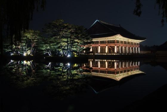 Павильон Кёнхверу в ночное время.