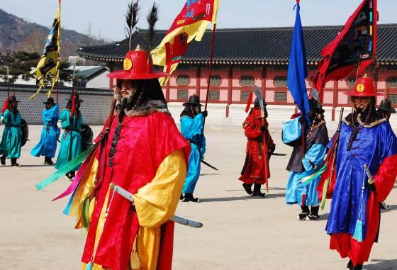 Гвардейцы Кёнбоккун на площади.