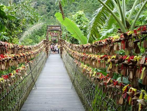 Прогуливаясь по парку Янода, навесной мост.
