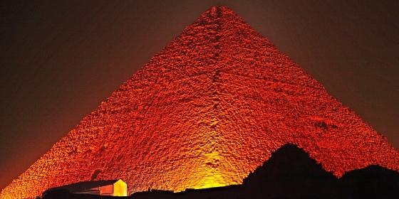 Пирамида Хеопса в ночное время и ее освещение