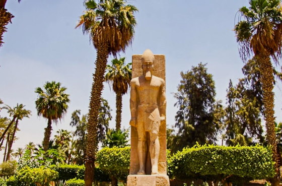 Статуя царя Рамсеса II в музее под открытым небом - Мемфис. ancient-east.ru
