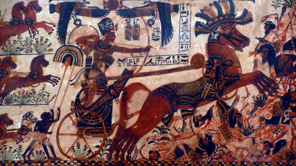 Тутанхамон в бою, вооруженный луком на колеснице, фрагмент росписи из гробницы Тутанхамона.
