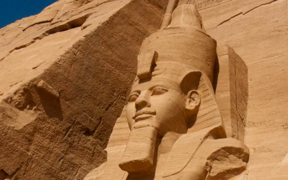 Фрагмент статуи Рамсеса II в Абу-Симбел. Ancient-east.ru