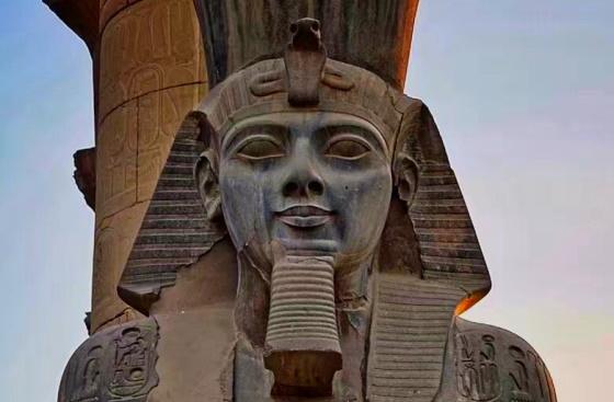 Статуя Рамсеса II в Луксорском Храме бога Амона-Ра. ancient-east.ru
